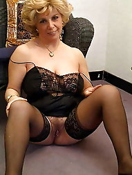 Tempting mature momma wants to fuck the stranger