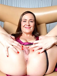 Experienced momma wants to play with vibrator